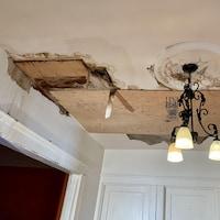 Des planches de bois sur le plafond.