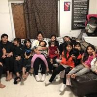 Treize des quinze personnes qui vivent dans la maison de Samianna Michel (au centre). À gauche, Myriam Michel.
