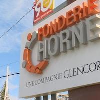 L'affiche à l'entrée de la Fonderie Horne indique «une compagnie Glencore».