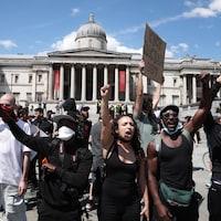 Des manifestants antiracistes à Trafalgar Square, à Londres.