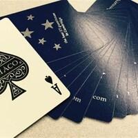 Un jeu de carte où l'as de pique est retourné.