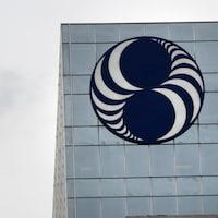Un immeuble avec le logo de Loto-Québec.