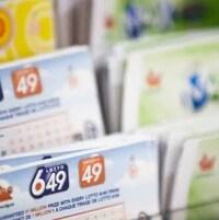 Des billets de loterie.