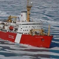 Un navire vogue au milieu d'une étendue d'eau. Il est entouré de plaques de glace.