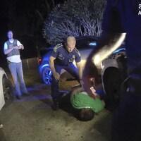 Un homme est allongé par terre lors d'une intervention des policiers de Louisiane.