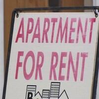 Une pancarte indiquant un logement à louer.