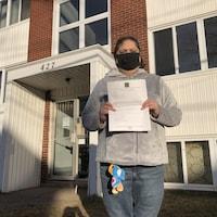 Stephanie Killam avec l'avis que sa mère a reçu les informant d'une augmentation de 48,6 % du loyer.