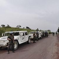 Des soldats de l'ONU sont postés sur une route.