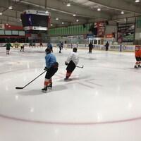 Une équipe de hockey s'entraîne sur la glace.