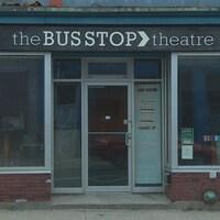 Le théâtre Bus Stop de l'extérieur.