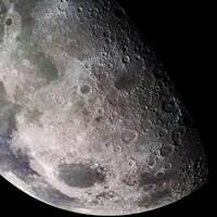 La moitié de la Lune en gros plan avec ses cratères.