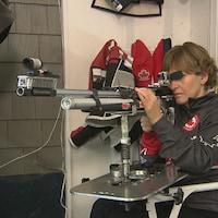 Lyne Tremblay vise dans sa carabine.