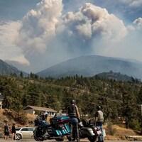 Des nuages créés par le feu de Lytton Creek montent dans le ciel, le 15 août 2021.