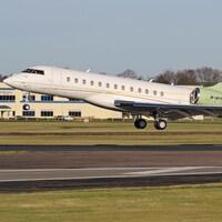 Un avion immatriculé M-MYNA décolle du tarmac d'un aéroport.