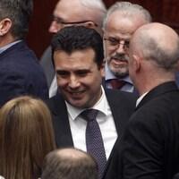 Le premier ministre de Macédoine Zoran Zaev reçoit les félicitations des parlementaires après qu'ils ont voté en faveur de changements constitutionnels.