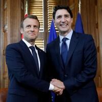 Le premier ministre canadien Justin Trudeau et le président français Emmanuel Macron se serrent la main avant le début de leur réunion mercredi à Ottawa.