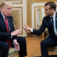 Emmanuel Macron et Donald Trump, assis face à face.