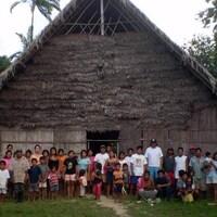 Des villageois macunas devant une grande maison