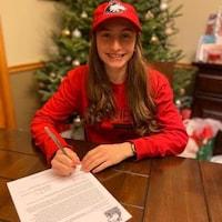 Macy Turcotte signe son contrat.
