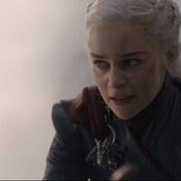 La reine a le visage couvert de cendre et affiche un air enragé.