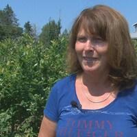 Madeleine Céré en entrevue dans un champ de petits fruits.