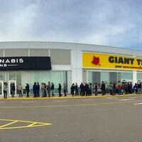 Une queue devant une succursale de Cannabis NB à Moncton.
