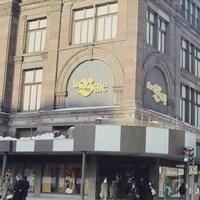Façade du grand magasin La Baie au centre-ville de Montréal.