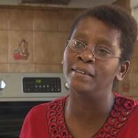 Magdala, une migrante haïtienne  arrivée au Québec depuis les États-Unis, cumule deux emplois depuis un an, en attendant d'être fixée sur son statut.