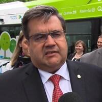 Le maire de Montréal, Denis Coderre, en point de presse après l'annonce d'essais de nouveaux autobus entièrement électriques, à Montréal.
