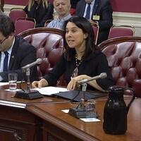 La mairesse Plante assise dans la salle où siège la Commission des institutions, devant un micro, s'adresse aux députés.