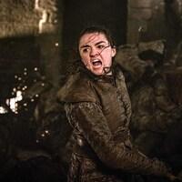 L'actrice Maisie Williams, dans le rôle d'Arya Stark, hurle alors qu'elle est sur le point de donner un coup d'épée dans une scène de combat de la série <em>Game of Thrones</em>.