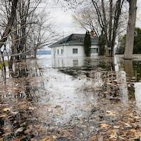 Une maison sur un terrain est complètement entourée d'eau. (Archives)