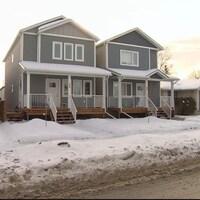 Deux maisons intercalaires dans une avenue de Winnipeg.