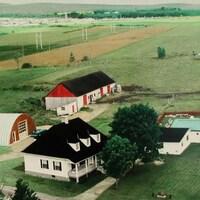 Vue aérienne de la maison des Pasquier au 20e siècle.