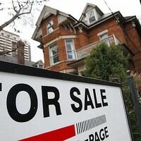 Affiche À vendre devant une maison.