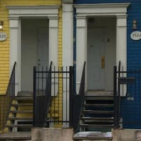 Deux maisons anciennes côte à côte à Halifax.