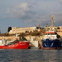 Deux navires d'aide humanitaire amarrés à Malte.