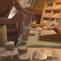 Des mélanges d'épices artisanaux sont disposés dans des coffrets de bois.