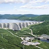 La centrale Manic-5, la centrale Manic-5-PA et le barrage Daniel-Johnson font partie du vaste complexe Manic aux outardes.