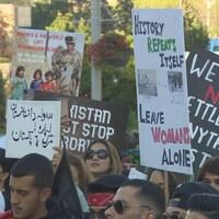 Des dizaines de personnes se sont rassemblées dimanche à Mississauga pour exprimer leur solidarité avec le peuple afghan.