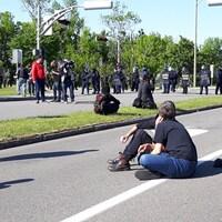 Des manifestants devant le barrage des policiers.