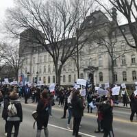 Des centaines de membres du personnel de soutien dans les écoles ont manifesté près de l'Assemblée nationale, mardi matin.