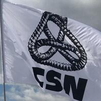 Logo de la CSN sur un drapeau.