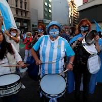 Des manifestantes dans la rue avec des tambours.