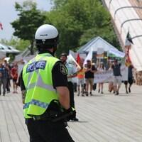 Des manifestants se font entendre sur la Terrasse Dufferin, lundi, dans le cadre des festivités de la fête du Canada à Québec.