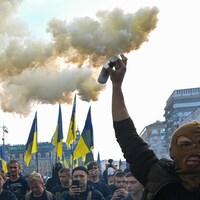Des manifestants avec des fumigènes.