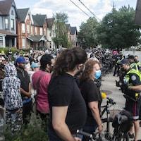 Des policiers forment une rangée pour bloquer des manifestants.