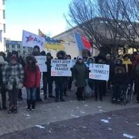 Des manifestants avec des affiches.