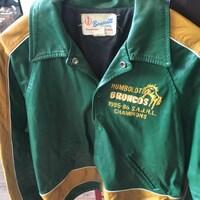 Un manteau vert et jaune des Broncos de Humboldt.