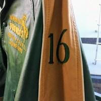 Un blouson jaune et vert des Broncos de Humboldt avec le numéro 16 sur la manche.